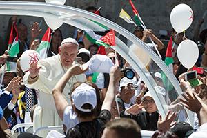 Papa Francesco saluta la folla di fedeli in piazza della Mangiatoia, Betlemme, Domenica 25 maggio