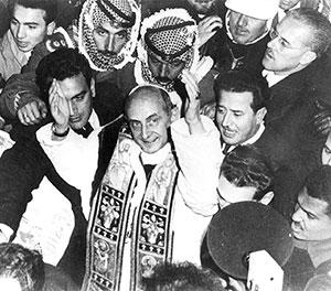 Paolo VI circondato dalla folla sulla Via Dolorosa