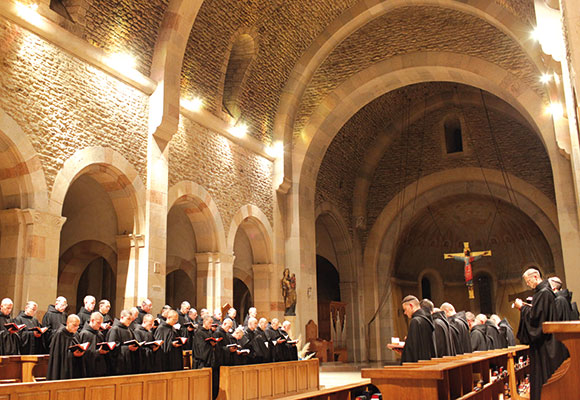 The monks singing the Office of Lauds at six o'clock in the morning [© Massimo Quattrucci]