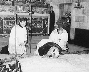 Paolo VI si inginocchia nella Basilica dell'Agonia presso l'orto del Getsemani
