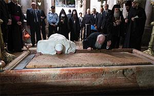 """Papa Francesco e il Patriarca di Costantinopoli Bartolomeo I baciano la """"Pietra dell'unzione"""" nella Basilica del Santo Sepolcro, Gerusalemme, Domenica 25 maggio"""