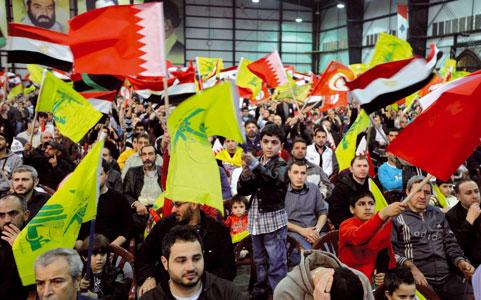 I sostenitori di Hezbollah manifestano a Beirut il 19 marzo 2011 in favore delle sollevazioni popolari contro i regimi di Egitto, Tunisia, Yemen, Libia e Bahrein [© Associated Press/LaPresse]