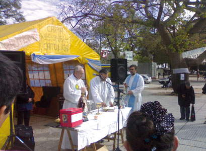 The <I>Carpa misionera</I> in Plaza de la Constitución in Buenos Aires during the Mass celebrated by Cardinal Jorge Mario Bergoglio [© Gianni Valente]