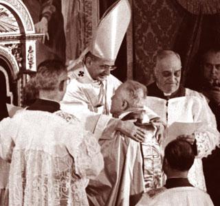 Papa Paolo VI abbraccia il cardinale Beran, arcivescovo di Praga, durante il Concistoro pubblico nella Basilica di San Pietro, il 22 febbraio 1965 [© Associated Press/LaPresse]