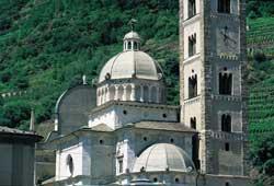 Veduta del santuario di Tirano. Accanto al campanile in stile romanico-lombardo,la maestosa cupola realizzata nel 1580