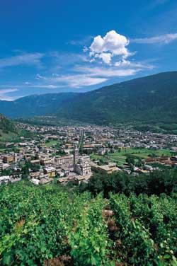 Veduta panoramica del santurario di Tirano posto nel mezzo della Valtellina