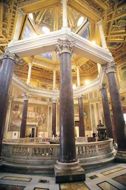 L'interno del battistero annesso alla basilica di San Giovanni in Laterano, la cui prima edificazione risale all'epoca di Costantino (IV secolo)