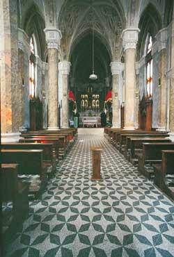Sopra, la chiesa parrocchiale di Olera  dov'è conservata la tela (nella foto a destra), attribuita a Giacomo Gritti (1819-1891) raffigurante fra Tommaso  in ginocchio davanti all'Immacolata