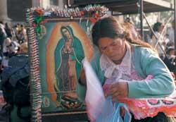 Una donna in pellegrinaggio alla Madonna di Guadalupe, il più grande fenomeno di devozione della storia del cristianesimo