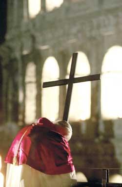 Juan Pablo II durante el Vía Crucis en el Coliseo el 23 de marzo de 2002