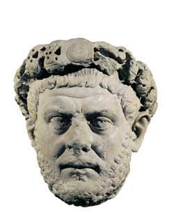 Qui sopra, il ritratto dell'imperatore Diocleziano, da Izmit, IV secolo d.C., Museo archeologico, Istanbul, Turchia