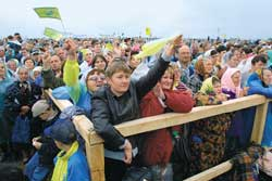 Ukrainian faithful greet the Pope festively on his arrival at Chayka airport, near Kiev, where he presided over a Eucharistic celebration in the Roman rite, 24 June 2001