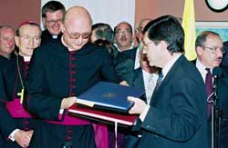 Monsignor Claudio Celli and Yossi Beilin in Jerusalem on 30 Decembeer 1993, during the signing of the Fundamental Agreement