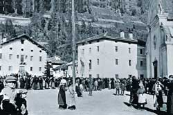 The church square in Forno di Canal, in a photo from the 'twenties
