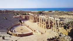 Os restos arqueológicos do teatro romano de Leptis Magna, atualmente na Líbia