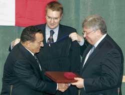 Anatoliy Torkunov, right, shakes the hand of the Egyptian president Hosni Mubarak who is receiving an honoris causa doctorate on 29 May 2004