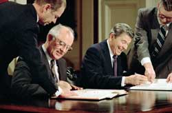 Washington 1987, Ronald Reagan and Mikhail Gorbacev signing the arms reduction treaty