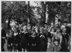 Von Galen con i cresimandi durante una visita pastorale a Münster nel 1934