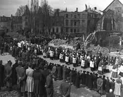 La lunga processione durante i funerali nelle strade di Münster distrutta dai bombardamenti