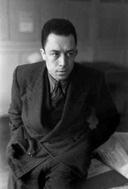 Albert Camus in una foto del 1945 di Henri Cartier-Bresson