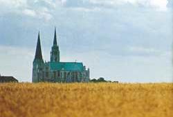 La Cattedrale di Chartres. Di seguito, scene della vita di Gesù illustrate nelle vetrate della Cattedrale di Chartres, Francia (XII-XIII secolo); sotto, Gesù e i tre apostoli prediletti