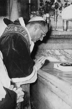 Paul VI in prayer at the Holy Sepulcher