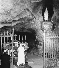 Paul VI in prayer in front of the grotto of the Virgin of Lourdes in the Vatican Gardens