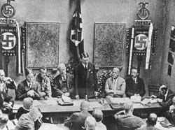 Arriba, Hitler reconstituye el Partido Nacionalsocialista (ilegalizado tras el putsch de 1923), Múnich 1925; el primero por la izquierda es Alfred Rosenberg; el primero por la derecha es Heinrich Himmler, jefe de las SS desde 1929, ideador y organizador de los campos de exterminio; debajo, el ocultista Aleister Crowley, agente de los servicios secretos ingleses y miembro de la Golden Dawn