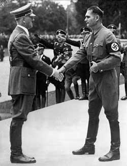 No alto, Adolf Hitler com Rudolf Hess numa foto de 1939; embaixo, militares ingleses removem os restos do aeroplano com o qual, em maio de 1941, Hess voou à Grã-Bretanha para tentar um acordo pouco antes da invasão alemã à Rússia