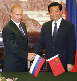 Russian president Vladimir Putin with Chinese president Hu Jintao in Beijing14 Octobrt 2004