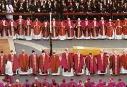 Il funerale di Paolo VI.  Il cardinale Ratzinger ricorda la semplicità della bara con il Vangelo posato sopra, sfogliato dal vento