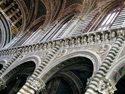 La navata centrale del Duomo  di Siena dove stanno,  in altorilievo, i ritratti dei sommi pontefici.  Da qui sono tratti  i busti dei papi di nome Benedetto riprodotti  in queste pagine