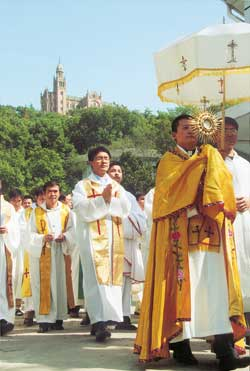 A shot of the closure of the Eucharistic Congress in Shanghai, in which all of 2,500 faithful took part, at the shrine of Our Lady 