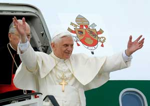 Benedict XVI saluting the crowd that greeted his arrival at Warsaw airport on his apostolic visit to Poland from 25 to 28 May 2006