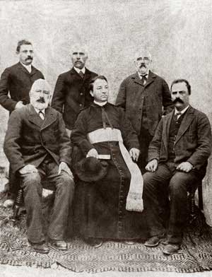 Monsignor Gasparri in Ussita with his siblings, among whom is Luigi, standing first on the right, the father of Cardinal Enrico Gasparri