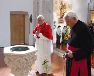 Benedict XVI, with his brother Georg, 11 September, on a visit to the parochial church of Sankt Oswald, in Marktl am Inn, his hometown, where the font in which he was baptized the same day of his birth , 16 April 1927, is to be found