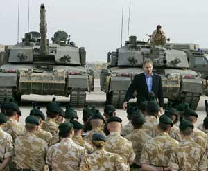 The British Prime Minister Tony Blair with the soldiers of the Shaibah base, in Bassora, in Iraq, 22 December 2005