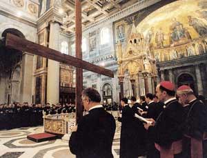 Il pellegrinaggio dei lefebvriani nella Basilica di San Paolo l'8 agosto 2000 (il secondo da destra è il vescovo Fellay)