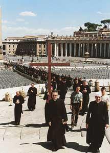La processione verso la Porta Santa  di San Pietro