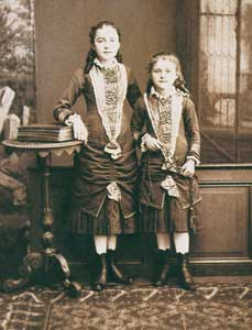 Teresa at eight years old with her sister Céline in a photo of 1881