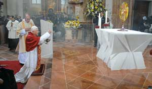 Benedict XVI during Eucharistic adoration in the Church of the Nine Choirs of the Angels in Vienna, Friday 7 September 2007