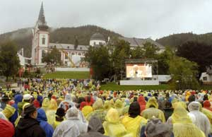 The crowd of faithful gathered in front of the sanctuary of Mariazell for the solemn eucharistic concelebration led by Benedict XVI, on the occasion of the 850th anniversary of the founding of the sanctuary, Saturday 8 September, 