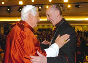 Benedetto XVI con il cardinale  Jorge Mario Bergoglio durante i lavori della quinta Conferenza generale dell'episcopato latinoamericano e  dei Caraibi, presso il santuario di Nossa Senhora da Conceição Aparecida in Brasile,  il 13 maggio 2007