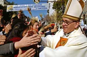 Il cardinale Bergoglio tra i fedeli  presso il santuario di San Cayetano, Buenos Aires, Argentina