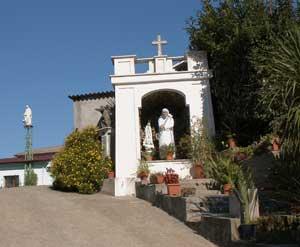 La entrada de Casa Serena, el albergue para pobres, en las cercanías de la plazuela de Preneste, en Roma, llevada por los Misioneros de la Caridad contemplativos