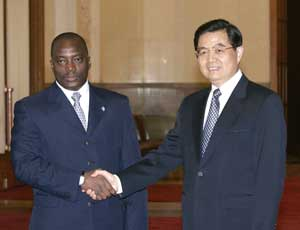 The Congolese President Joseph Kabila with Chinese President Hu Jintao. The PRC is becoming a privileged partner of the African country with a record investment that will enable the construction of critical infrastructures in exchange for permits for the exploitation of natural resources