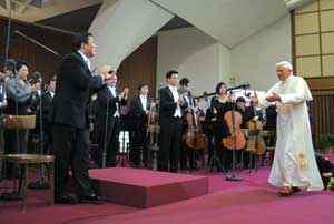 Benedict XVI greeting the Chinese Philharmonic Orchestra and the Shanghai Opera Choir at the end of the concert in the Paul VI Hall on the evening of 7 May 2008
