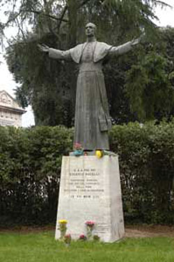 The statue of Pius XII in the courtyard 