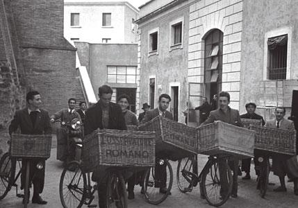 I distributori dell'<I>Osservatore Romano</I> davanti alla tipografia in una foto del 1936 [© Osservatore Romano]