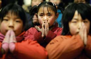 Chinese children in prayer [© Associated Press/LaPresse]